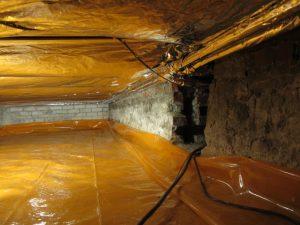 Op de grond ligt het bodemfolie, tussen de vloerbalken de thermokussens en het bandagefolie om de leidingen.