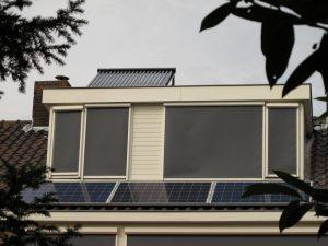 Op de erker staat de collector van de zonneboiler, het opslagvat staat in huis er vlak onder