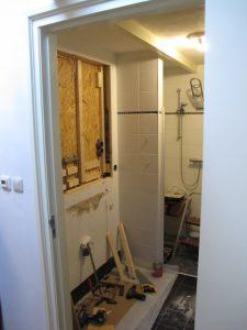 Deze badkamer is ruimer geworden door de wastafel te verdiepen in de wand. Meteen de elektra aangepast.